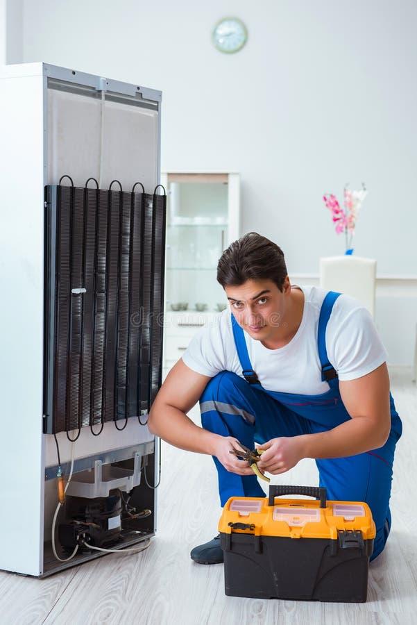 Repairmanleverantören som reparerar kylen i diy begrepp royaltyfri bild