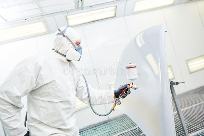 Repairmanmålare i hätta för bil för kammaremålningbil royaltyfri fotografi