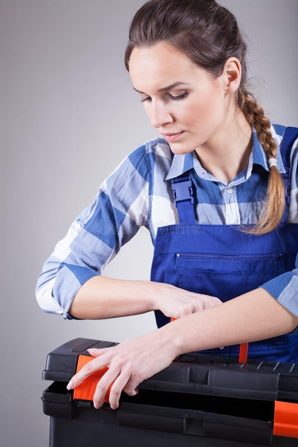 Repairwoman novo no trabalho imagens de stock