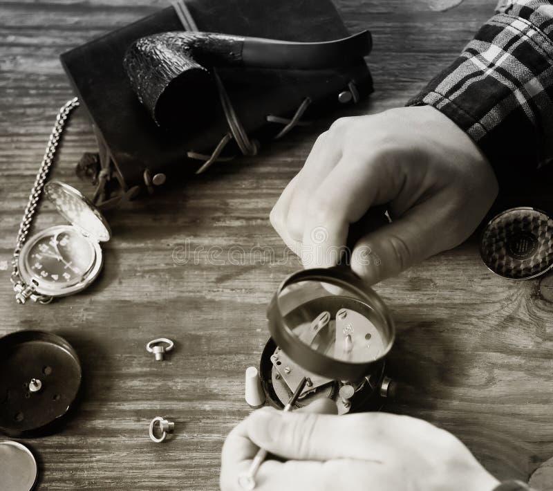Reparação preto e branco do pulso de disparo do relógio da foto fotografia de stock royalty free
