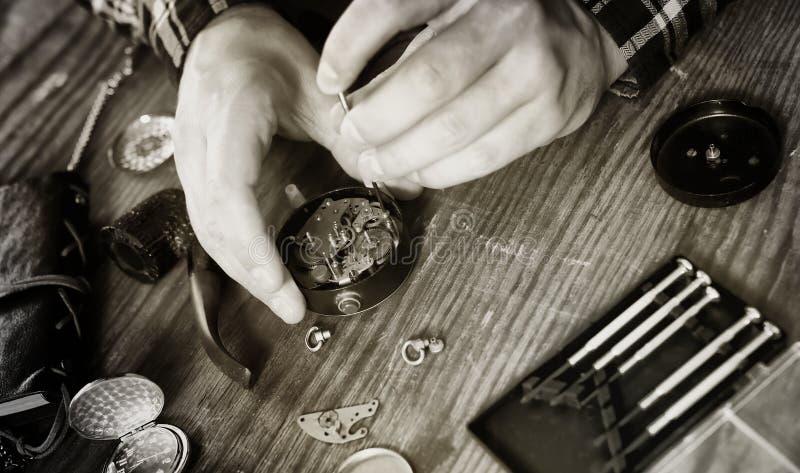 Reparação preto e branco do pulso de disparo do relógio da foto imagens de stock
