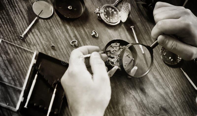 Reparação preto e branco do pulso de disparo do relógio da foto imagem de stock royalty free