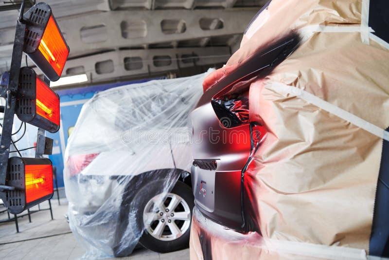 Reparación auto del cuerpo lámpara infrarroja funcionando fotos de archivo libres de regalías