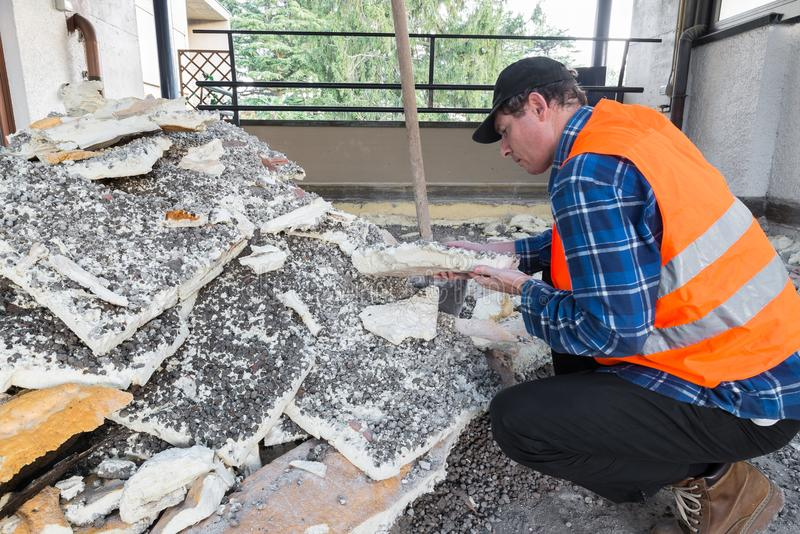 Reparación casera Pila de espuma de poliuretano aislador vieja quitada durante el trabajo de la excavación de un tejado - terraza imagen de archivo libre de regalías
