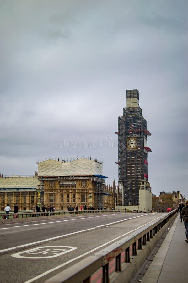 Reparaci?n de ben grande y puente de Westminster con el camino que lleva al edificio del parlamento fotografía de archivo libre de regalías