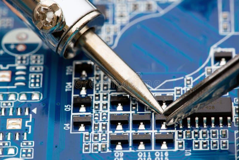 Reparación de componentes electrónicos foto de archivo libre de regalías