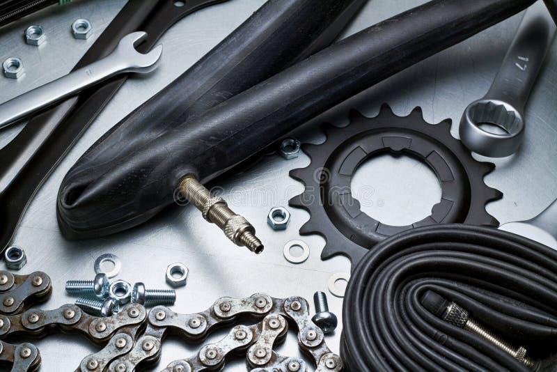 Reparación de la bici imagen de archivo libre de regalías