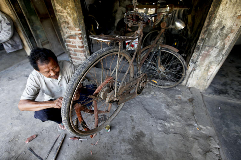 Reparación de la bicicleta fotos de archivo