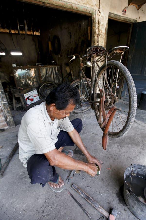 Reparación de la bicicleta imagenes de archivo