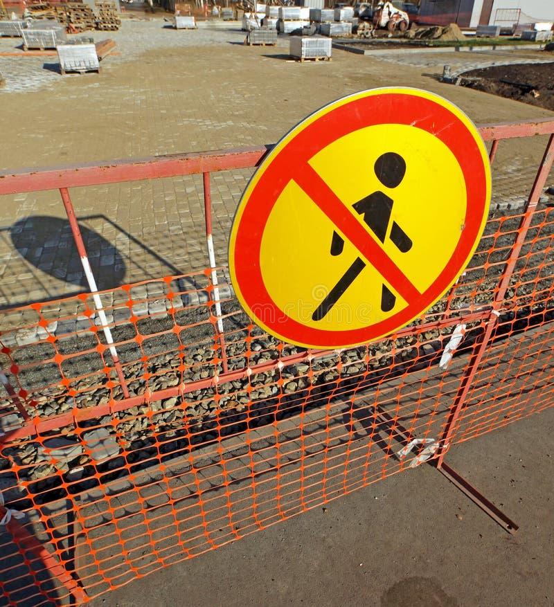 Reparación de la calzada peatonal Señal de peligro que prohíbe el paso fotografía de archivo