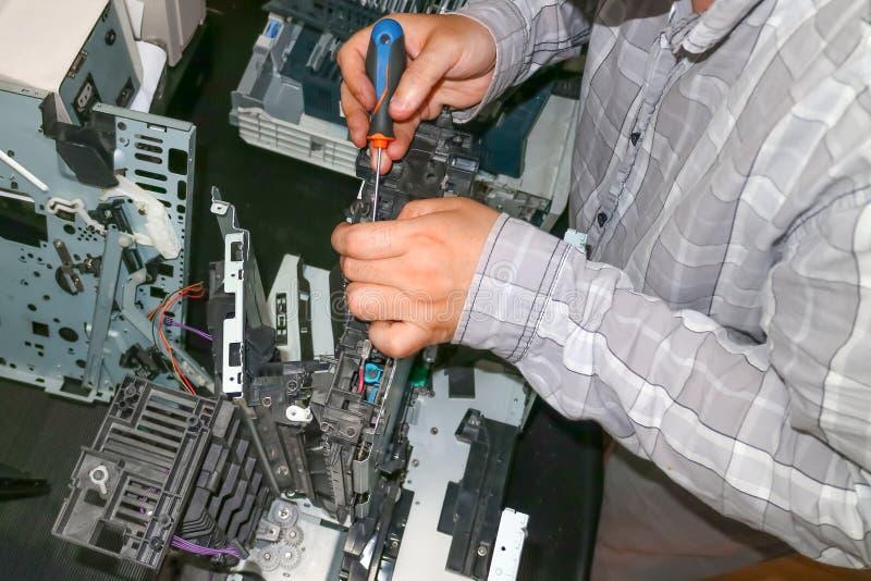 Reparación de la copiadora-impresora del laser en el centro de servicio Reemplazo de los engranajes gastados fotografía de archivo libre de regalías