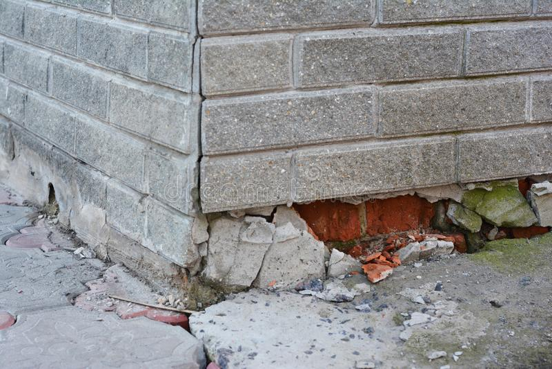 Reparación de la fundación - señales de peligro Reparación de la fundación de la casa Reparación de la fundación Casa quebrada de imagen de archivo