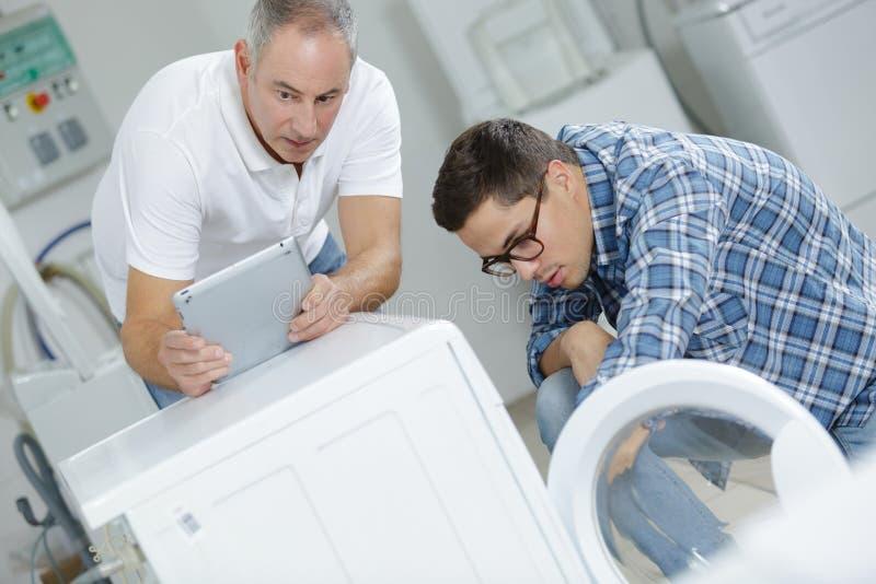Reparación de la lavadora foto de archivo libre de regalías