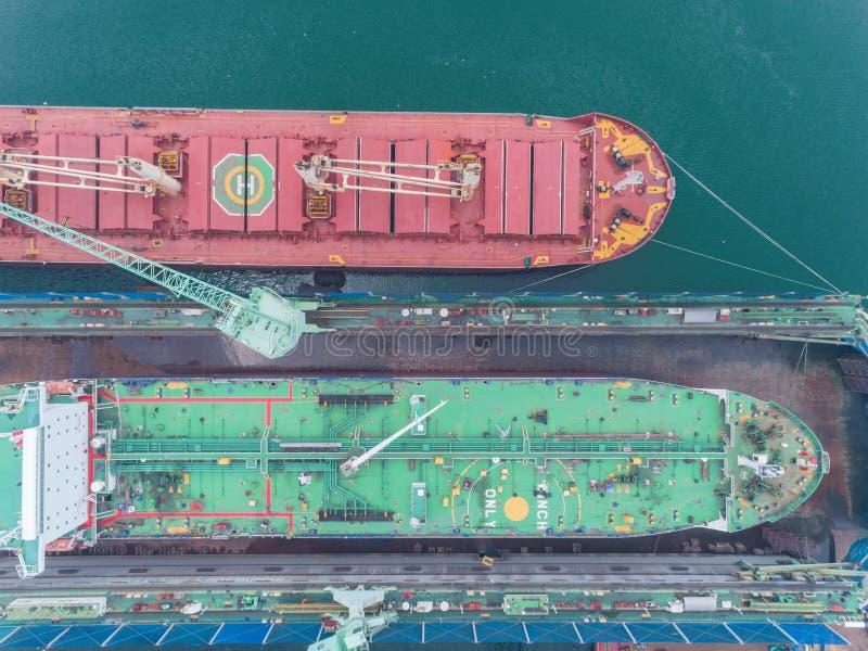Reparación de la nave del buque de la nave o de petróleo de la grúa en astillero Puede utilizar para el concepto del envío o del  foto de archivo libre de regalías