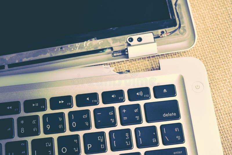 Reparación de la pantalla de ordenador y mantenimiento quebrados del ordenador portátil, Apple MacB imagen de archivo