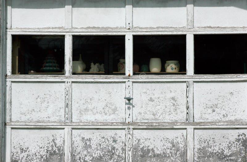 Reparación de la puerta del garaje imagen de archivo libre de regalías