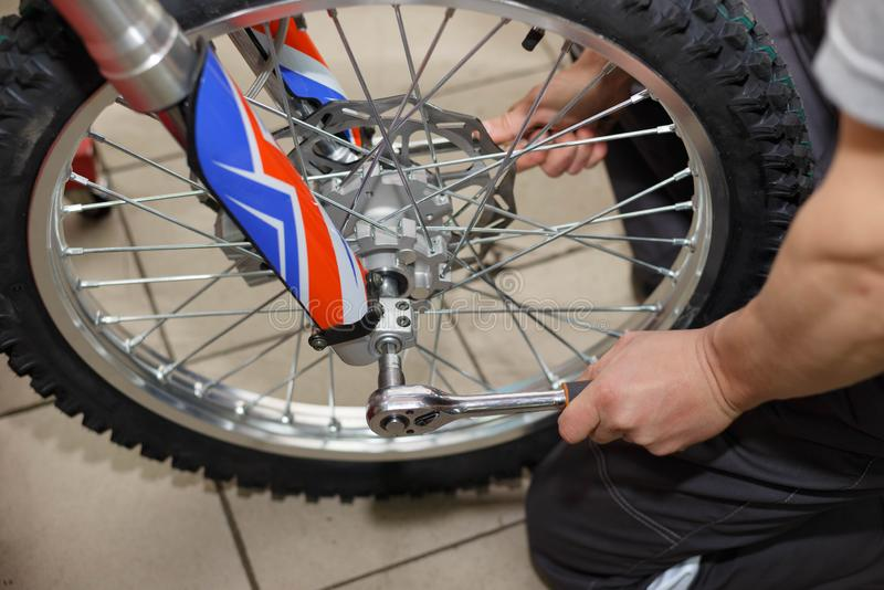 Reparación de la rueda de la motocicleta después de escapes del neumático o del daño del disco imagen de archivo