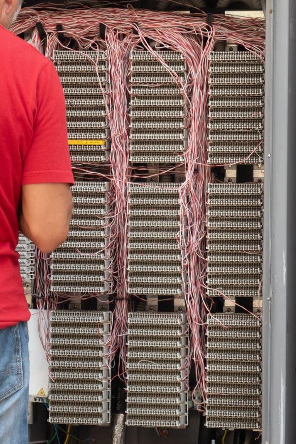 Reparación de los cables eléctricos imagen de archivo libre de regalías