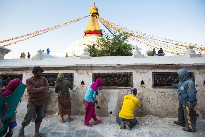 Reparación de los trabajadores de Stupa Boudhanath, en Katmandu, Nepal fotografía de archivo
