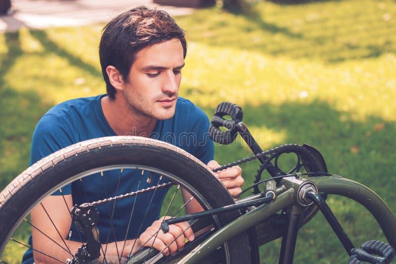 Reparación de su bici foto de archivo