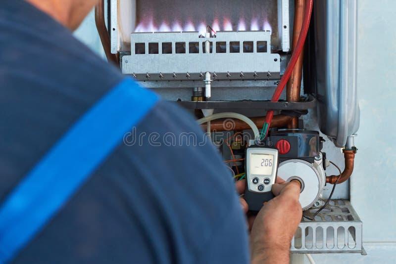 Reparación de una caldera de gas, de una creación y de un mantenimiento por un departamento de servicio imágenes de archivo libres de regalías