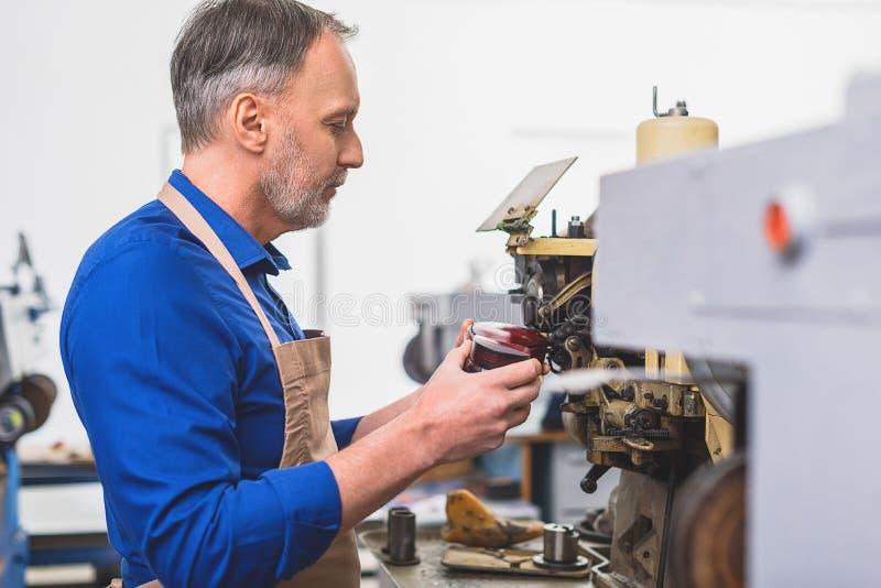 Reparación del calzado en la fábrica fotos de archivo