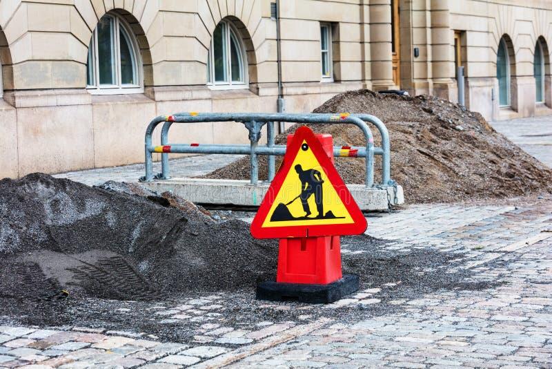 Reparación del camino en calle de la ciudad foto de archivo libre de regalías