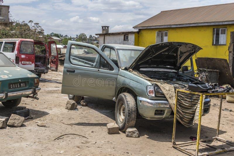 Reparación del coche en Madagascar imagen de archivo