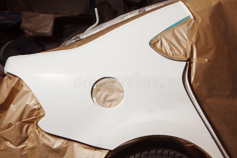 Reparación del cuerpo del coche después del accidente Wraping del vehículo con el papel protector antes de la pintura fotografía de archivo libre de regalías