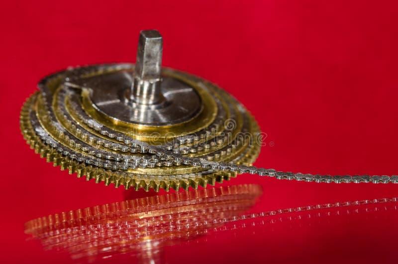 Reparación del reloj: Cadena del caracol del reloj de bolsillo del vintage arrollada alrededor del cono del caracol foto de archivo