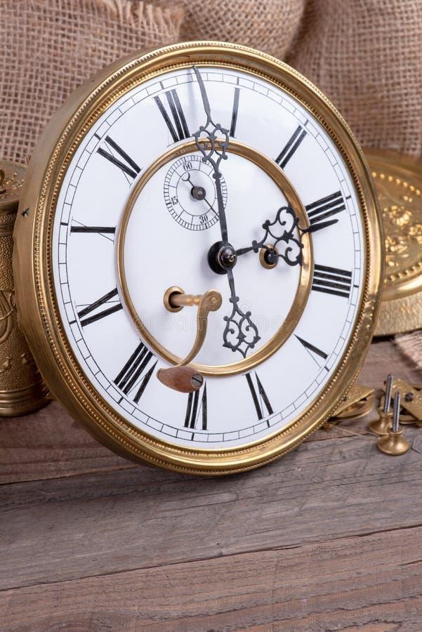 Reparación del reloj de pared vintage, la memoria y el tiempo pasado fotografía de archivo