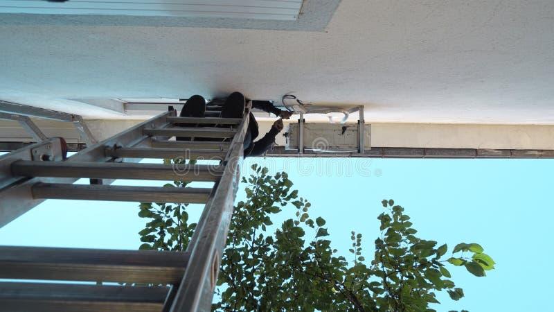 Reparación masculina del técnico, instalando el acondicionador de aire al aire libre imágenes de archivo libres de regalías