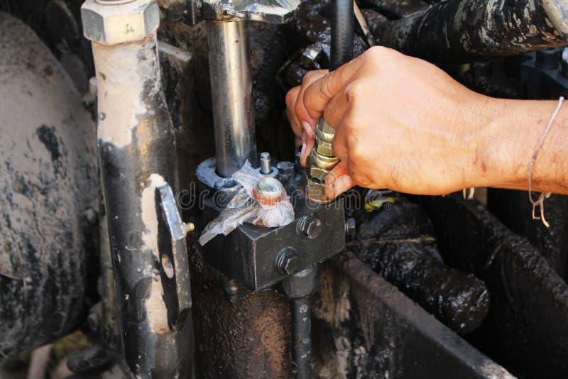 reparación pesada del mecánico del equipo hidráulica imagenes de archivo