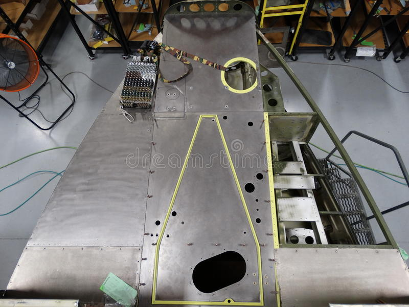 Reparación UH1 - el reemplazo de aviones pieza para la vuelta al servu foto de archivo libre de regalías