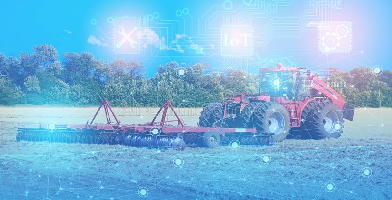 Reparación y mantenimiento del tractor con la ayuda de tecnologías modernas, solucionando problemas por un intelecto artificial,  fotos de archivo libres de regalías