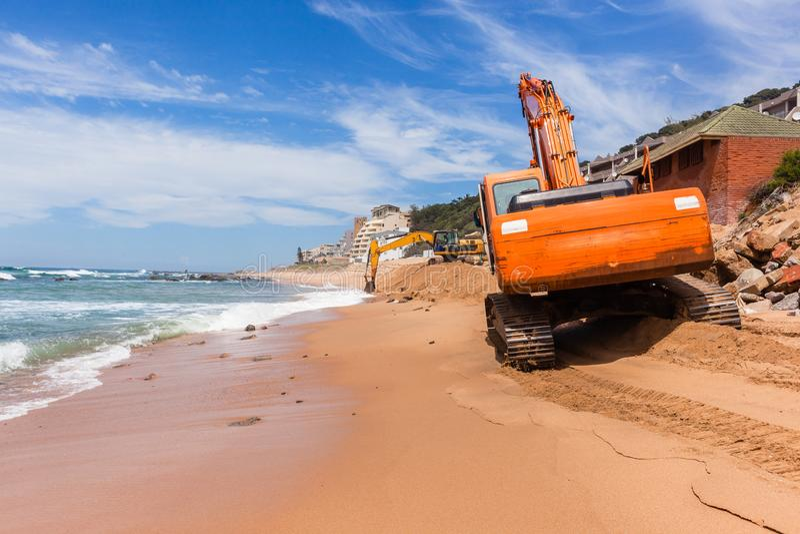 Reparaciones de la erosión del océano de la playa de la construcción imágenes de archivo libres de regalías