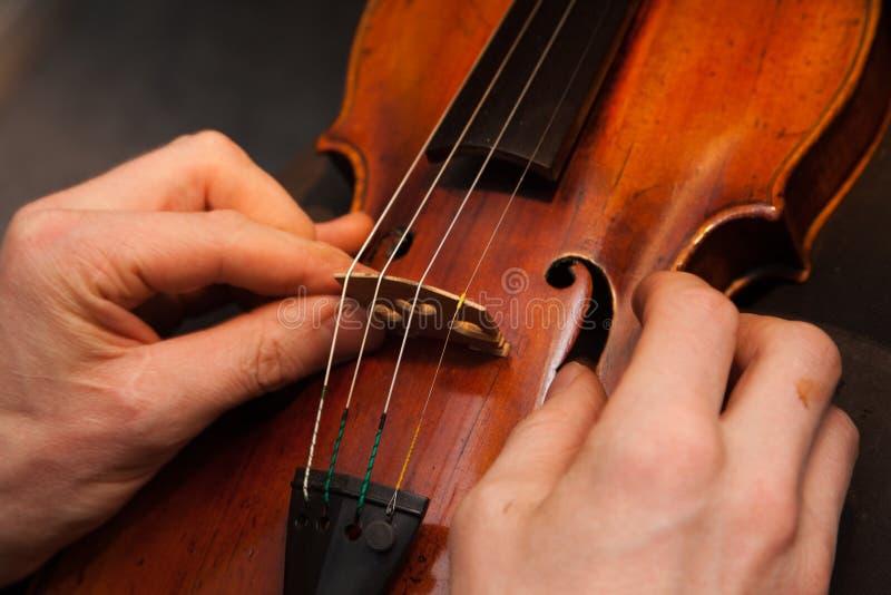 Reparaciones del violín imagenes de archivo
