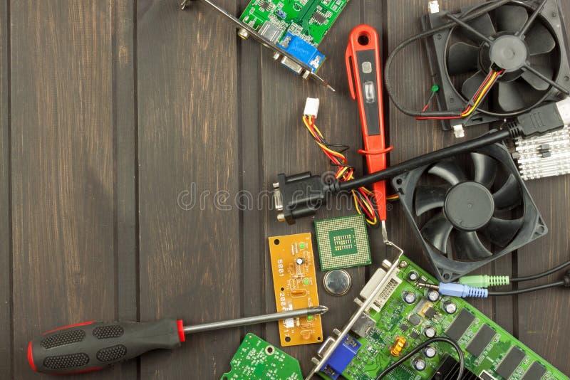 Reparador da eletrônica da tabela Reparo do computador doméstico Reparador da eletrônica da desordem do Desktop Reciclagem de com foto de stock