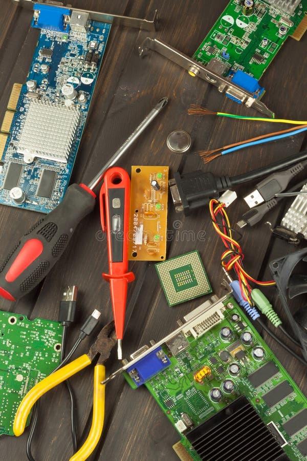 Reparador da eletrônica da tabela Reparo do computador doméstico Reparador da eletrônica da desordem do Desktop Reciclagem de com fotografia de stock