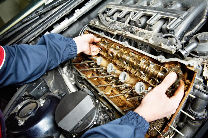 Reparador de Machanic no reparo do motor de automóveis do automóvel foto de stock