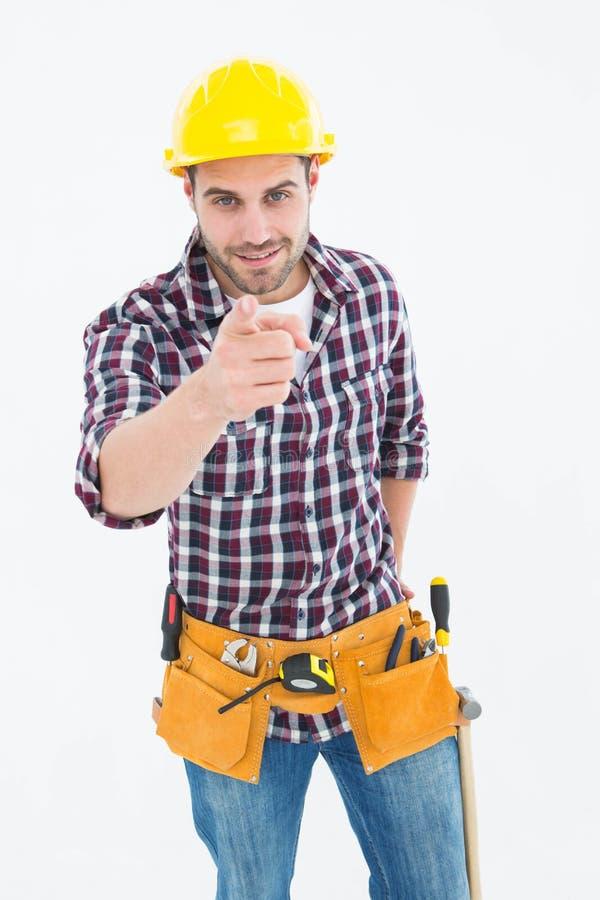 Reparador de sexo masculino confiado que señala en usted fotografía de archivo