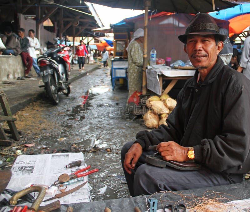 Reparador de zapato en Padang, Sumatra del oeste imagen de archivo