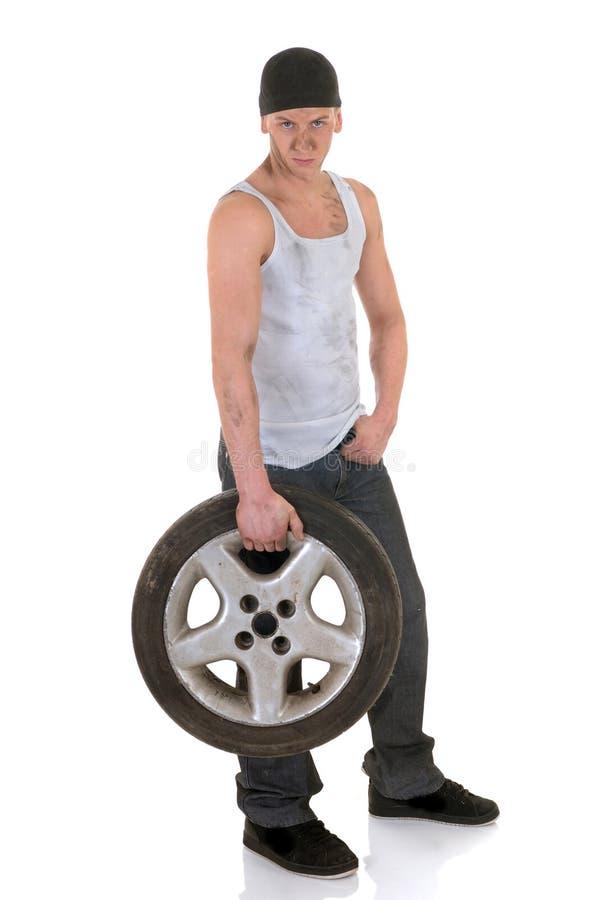 Reparador do carro com roda fotografia de stock royalty free