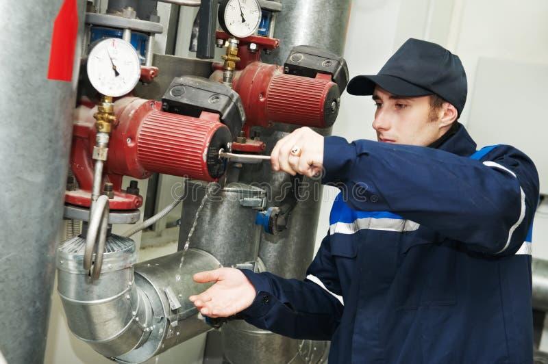 Reparador do coordenador do aquecimento foto de stock