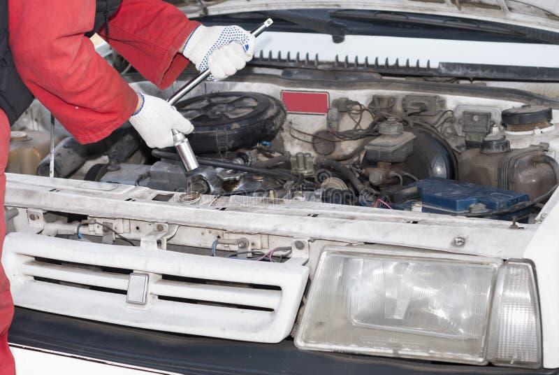 Reparador e carro fotografia de stock