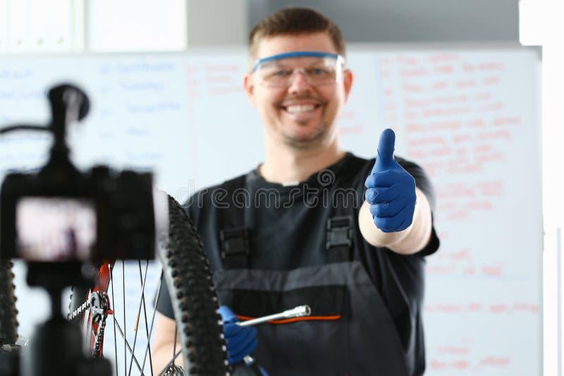 Reparador feliz que trabalha na bicicleta moderna da montanha fotos de stock royalty free