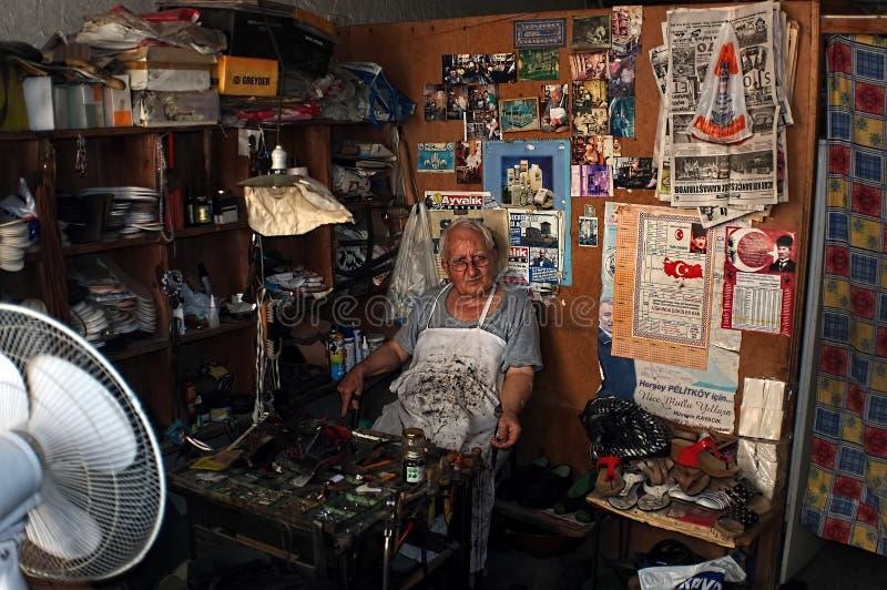 Reparador idoso da sapata em sua oficina imagem de stock royalty free