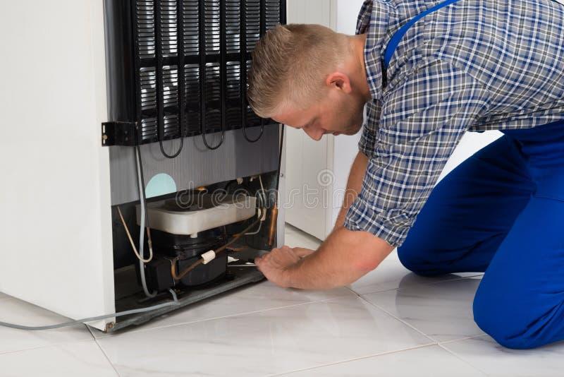 Reparador Making Refrigerator Appliance imagem de stock