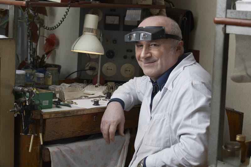 Reparador mayor sonriente In Workshop del reloj fotografía de archivo libre de regalías