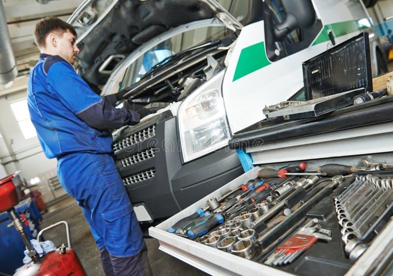 Reparador que presta serviços de manutenção ao auto carro imagens de stock royalty free